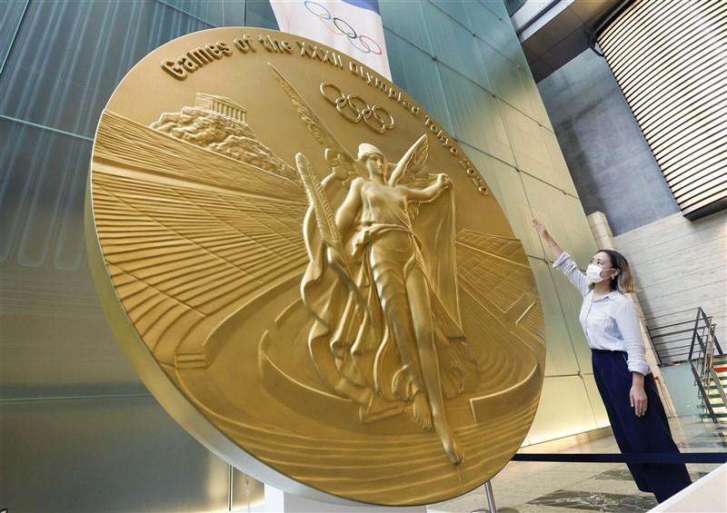若以當今市價來看,一枚金牌熔化後約值800美元(約新台幣2萬2600元)。圖為2020東京奧運金牌。(共同社)