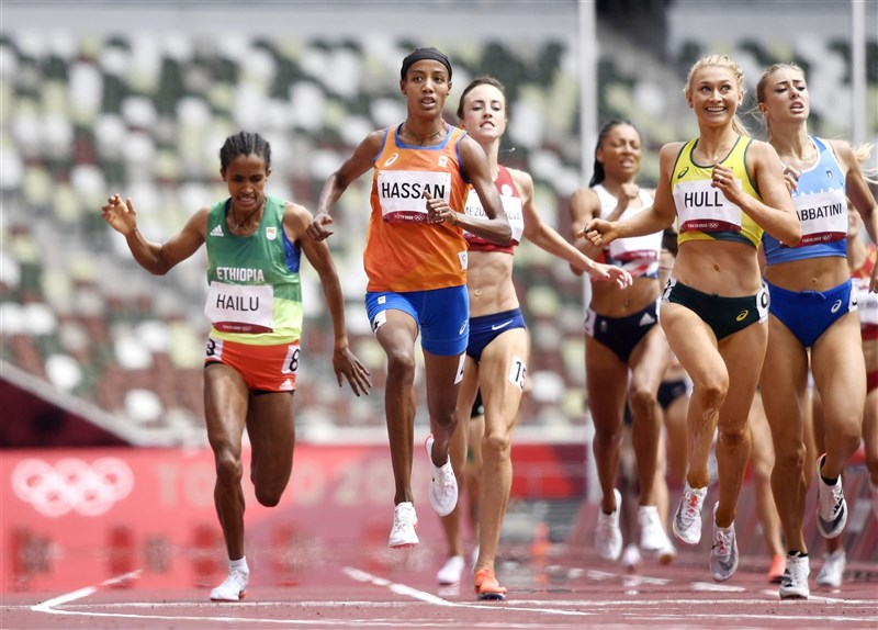 荷蘭長跑選手哈山(橘衣者)2日在女子1500公尺預賽跌了一大跤,但隨即爬起,很快追上對手,以小組第一取得晉級資格。(共同社)