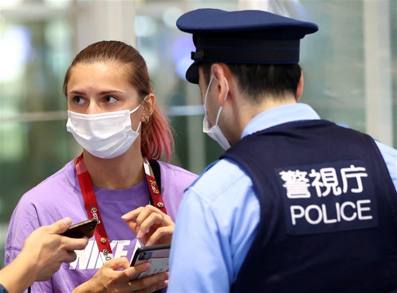 原定參加東京奧運女子200公尺短跑預賽的白俄羅斯運動員齊瑪諾斯卡雅(左),1日遭國家代表隊強迫先行返國,對外求助後獲波蘭核發人道簽證於4日赴波蘭。圖為齊瑪諾斯卡雅1日在東京羽田機場尋求日本警方的保護。(路透社)