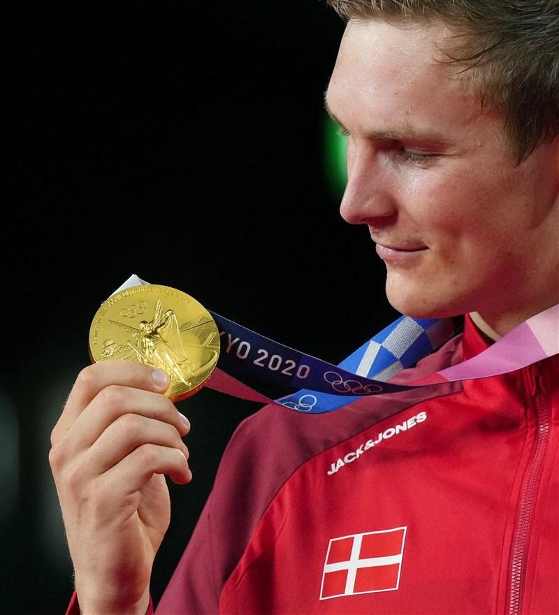 丹麥羽球選手安賽龍(圖)2日擊敗中國的諶龍奪得奧運羽毛球男單金牌。(共同社)