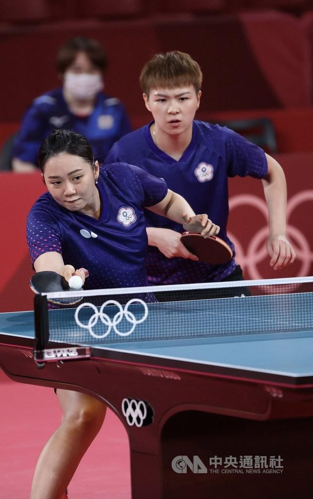 東京奧運桌球女子團體賽8強賽2日晚間登場,台灣桌球女子代表隊終場以0比3不敵地主日本隊,止步8強。圖為陳思羽(右)、鄭先知(左)第1點女雙搭配。中央社記者吳家昇攝 110年8月2日