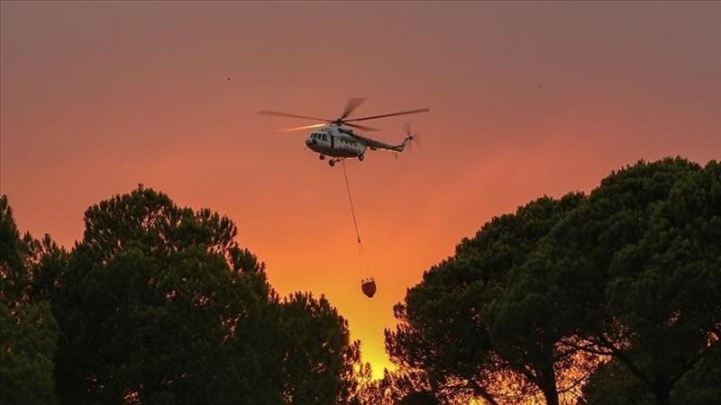 土耳其南部海岸5天來發生逾百起野火,已有8人喪命、數以千計人撤離,至1日仍有多處火點在燒。圖為7月30日一架直升機救援土耳其南部城鎮馬納夫加特的森林大火。(安納杜魯新聞社)