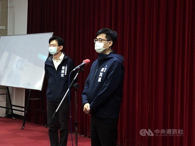 高雄市長陳其邁(右)3日上午到高雄市議會進行市政總質詢,並於休息時間接受媒體聯訪。中央社記者侯文婷攝  110年8月3日