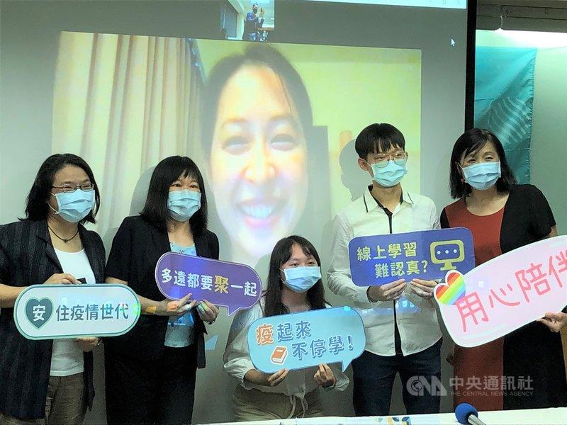 台灣各級學校在COVID-19疫情期間改為線上學習;金車文教基金會3日公布調查顯示,64%的青少年想回到學校上實體課程,線上學習欠缺人際互動是主因。中央社記者陳至中台北攝  110年8月3日