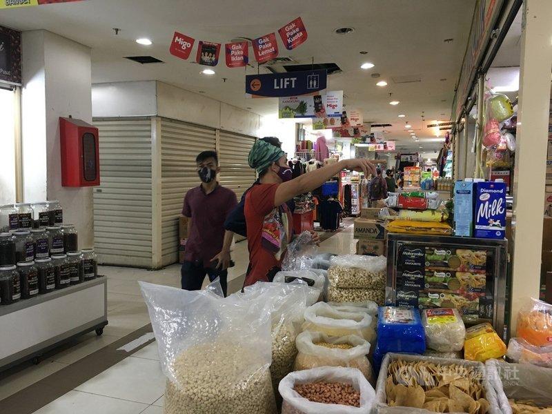 印尼7月初在爪哇島等地實施緊急措施,但疫情仍未穩定趨緩,緊急措施將延長至8月9日,許多商家面臨營業限制。圖3日攝於瑟南傳統市場。中央社記者石秀娟雅加達攝  110年8月3日