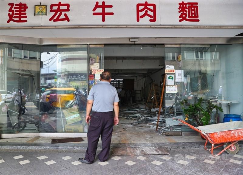 位於台北市萬華區曾獲米其林必比登推薦的建宏牛肉麵因私人因素搬空歇業,3日清空內部設備時,有民眾在外查看店內情形。中央社記者謝佳璋攝 110年8月3日
