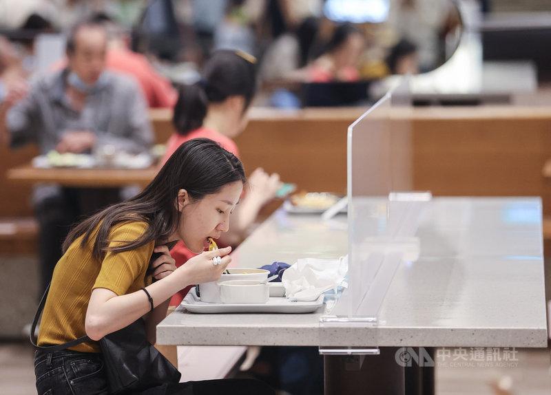 台北101購物中心美食街3日開放內用,座位區架設防疫透明隔板,民眾在中午用餐時段前來用餐。中央社記者鄭清元攝 110年8月3日