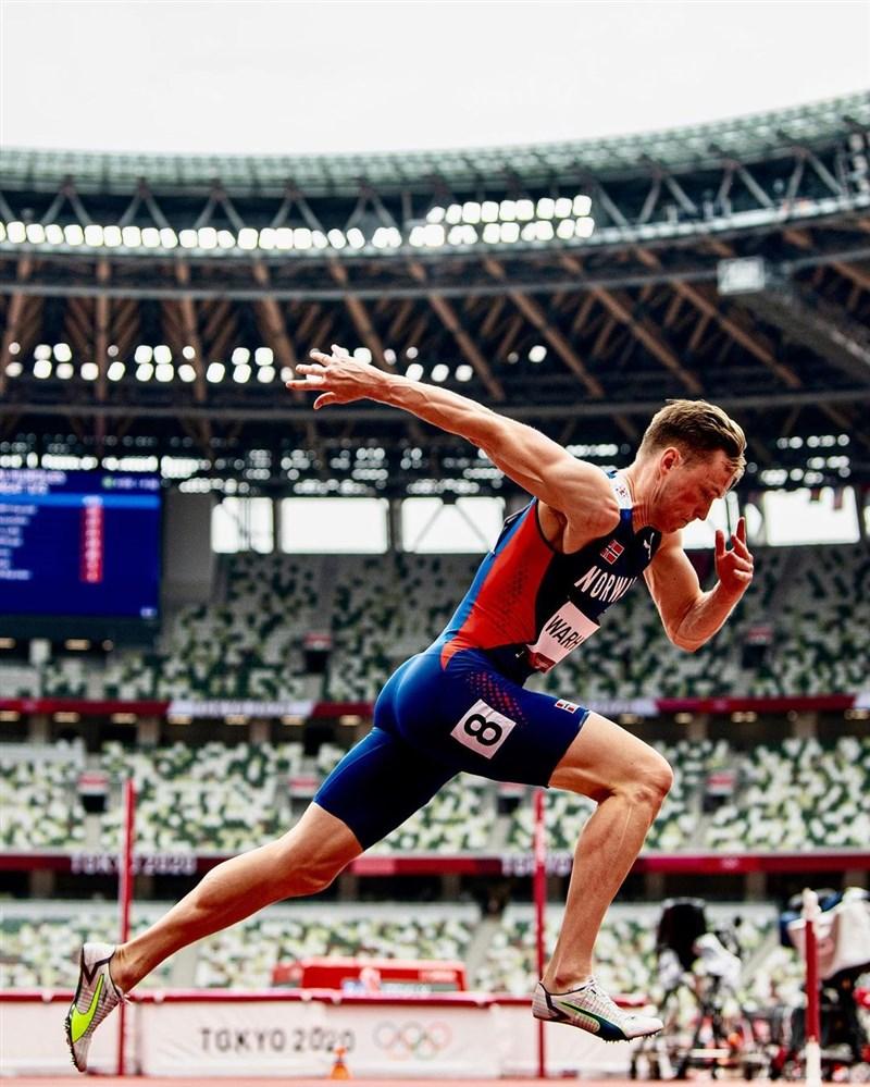 挪威選手沃霍爾(圖)3日一飛衝天,抵擋美國對手班傑明的進逼,在東京奧運男子400公尺跨欄勇奪金牌,上演奧運史上最精采比賽之一。(圖取自instagram.com/kwarholm)