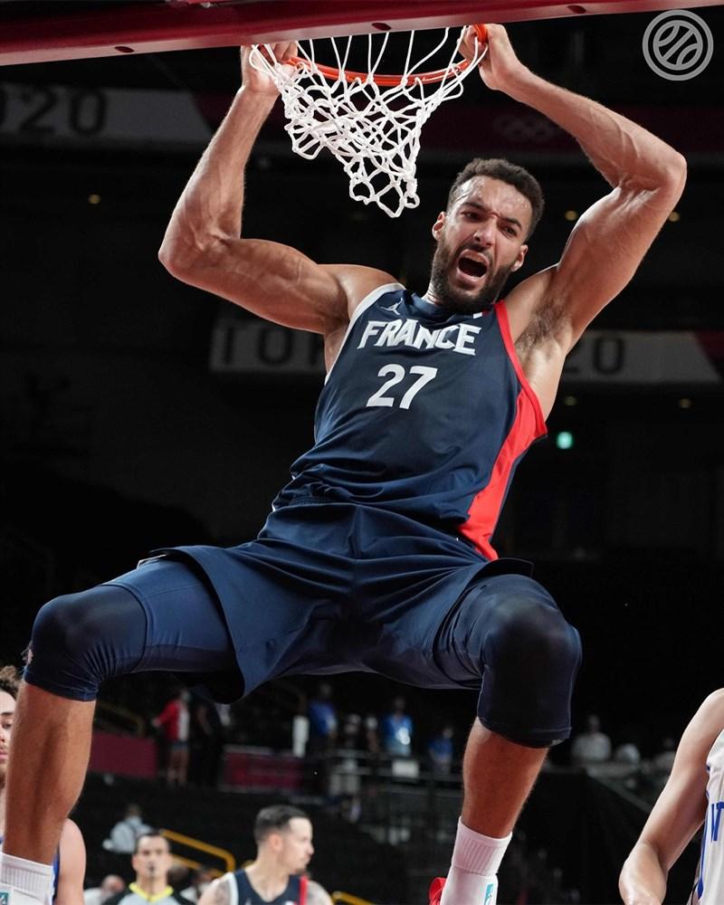 法國3日在東京奧運男籃八強賽以84比75擊敗義大利,自2000年以來首度闖進奧運四強,中鋒戈貝爾(圖)繳出22分9籃板。(圖取自twitter.com/FRABasketball)