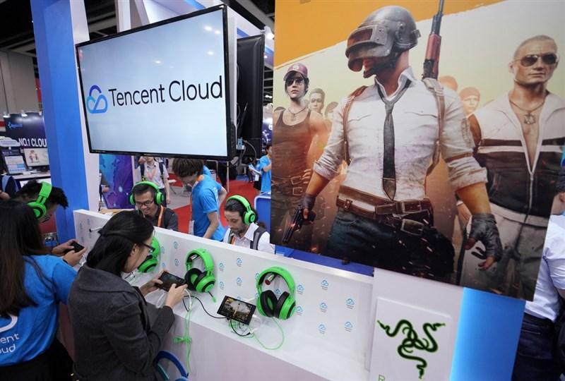 中國官媒發文指網路遊戲是「精神鴉片」,並點名騰訊的手遊「王者榮耀」,一度引發遊戲類股大跌。圖為2019年5月在香港亞太雲端科技博覽會,騰訊雲展台展示雲端技術在網路遊戲領域的應用。(中新社)