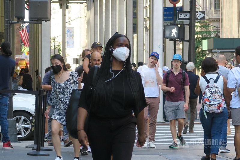 紐約近期COVID-19病例激增,官員呼籲已接種疫苗民眾在公共室內場合戴口罩,曼哈頓第五大道的行人也戴口罩防疫。中央社記者尹俊傑紐約攝 110年8月3日