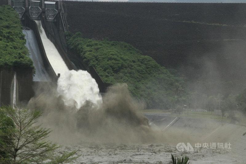 南部地區連日降雨,曾文水庫3日蓄水率超過9成,中午12時起開啟閘門從溢洪道直接洩洪,是近2年來首度洩洪。中央社記者楊思瑞攝 110年8月3日