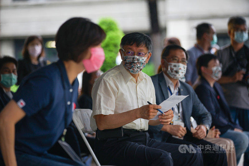 台灣選手在東京奧運表現亮眼,許多縣市首長都宣布幫得牌選手加碼獎金。台北市長柯文哲(前左2)3日出席活動後受訪,未鬆口也幫羽球男雙金牌王齊麟加碼,表示運動產業要做起來才長久。中央社記者裴禛攝 110年8月3日
