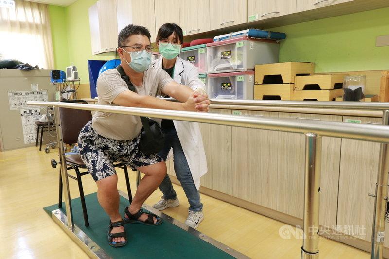 賴姓攝影記者(左)就醫檢查發現,罹患原發性惡性膠質細胞瘤,經手術成功切除腫瘤並復健,已重返工作崗位。(亞大附醫提供)中央社記者蘇木春傳真  110年8月3日