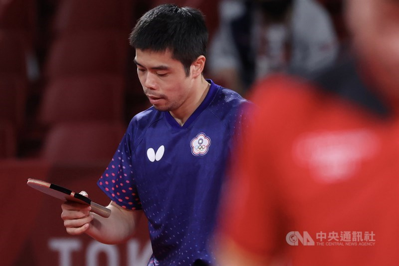 台灣男子桌球代表隊3日在東京奧運桌球男子團體賽8強賽與德國隊交手,決勝第5點「桌球教父」莊智淵以8比11、9比11、7比11吞敗,桌球男團終場以2比3不敵德國、無緣晉級,並列第5。中央社記者吳家昇攝 110年8月3日