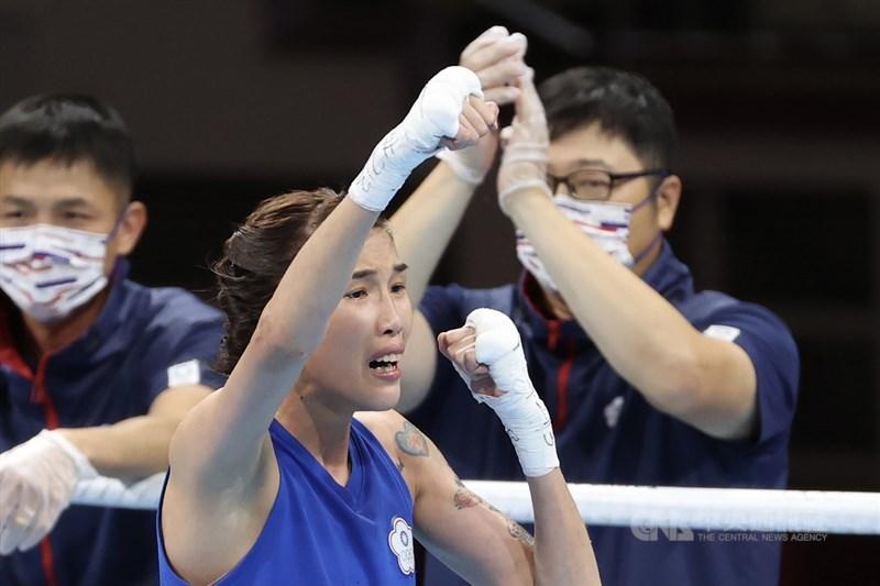 東京奧運1日舉行女子拳擊51公斤級8強賽,台灣好手黃筱雯(中)擊敗塞爾維亞對手拉多凡諾維奇(Nina Radovanovic),晉級4強。中央社記者吳家昇攝 110年8月1日