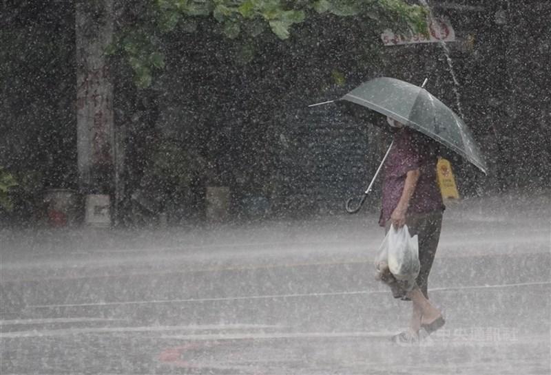 氣象局3日發布大雨特報,低壓帶及西南風影響,易有短延時強降雨。(中央社檔案照片)