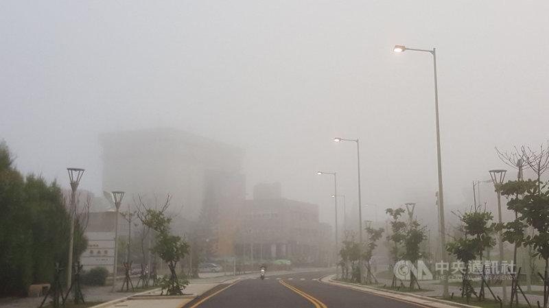 澎湖地區在接連大雨後,3日清晨出現濃霧,直到太陽升起才逐漸退散。中央社  110年8月3日
