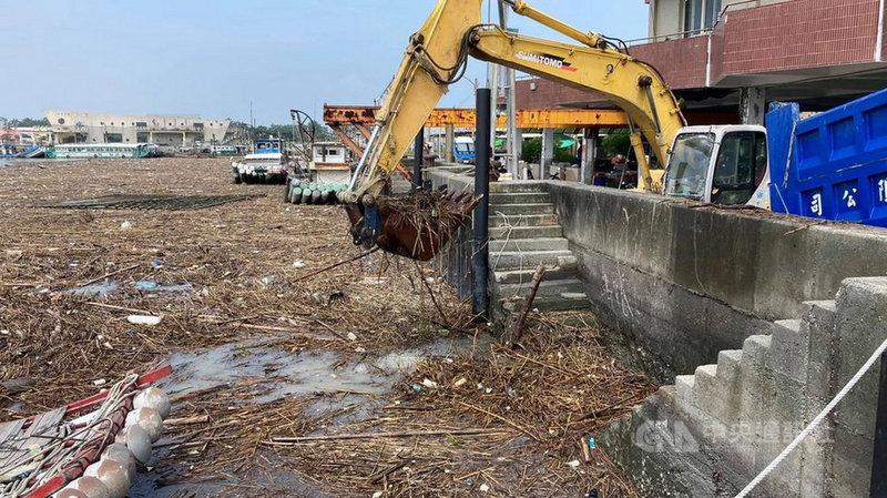 連日大雨為朴子溪帶入大量廢棄物,轉流入東石漁港,影響船隻進出,嘉義縣政府農業處3日出動怪手清理,,預計3天清完。(張建成提供)中央社記者蔡智明傳真 110年8月3日