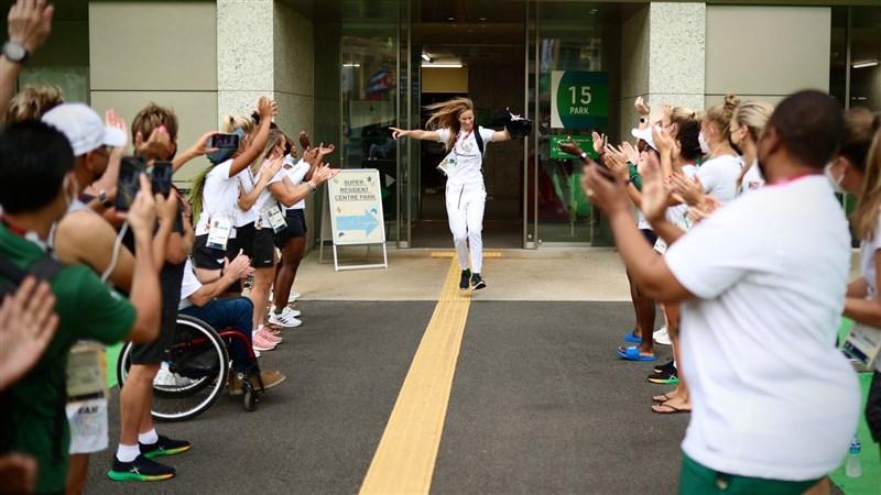 27歲來自喬治市的比騰道格(中)7月27日奪得女子衝浪銀牌,載譽歸國受到熱烈歡迎。(圖取自twitter.com/TeamSA2020)
