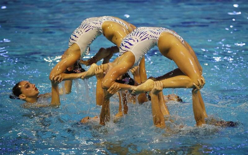 希臘奧林匹克委員會3日表示,4名水上芭蕾選手確診COVID-19,退出本屆東奧水上芭蕾賽事。圖為希臘隊今年6月時在奧運資格賽的演出。(路透社)