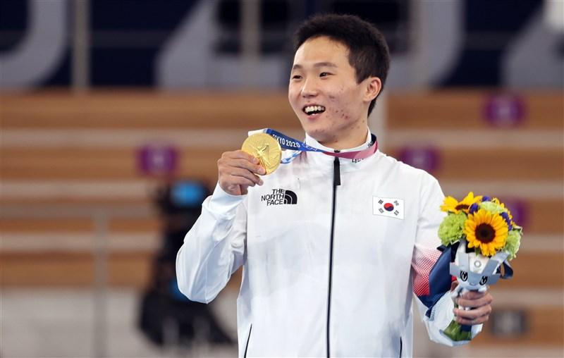 在高中時一度因椎間盤破裂放棄體操夢的韓國選手申在煥,3日在東京奧運男子跳馬決賽中,拿下韓國體操史上第2面奧運金牌。(韓聯社)