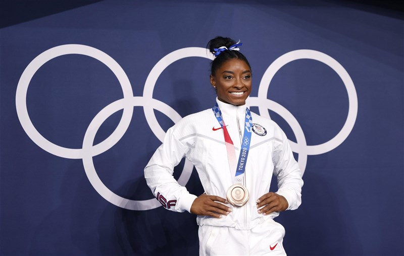 美國體操天后拜爾絲3日重返東奧賽場參加女子平衡木決賽,以14.000分的成績拿下銅牌。(共同社)