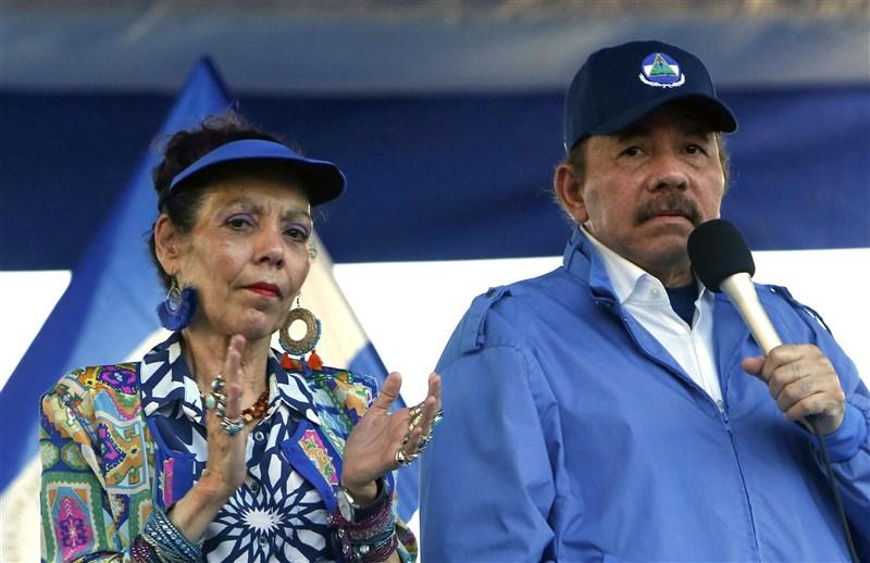 尼加拉瓜總統奧蒂嘉(右)所屬政黨2日表示,奧蒂嘉將在今年11月大選尋求第4個總統任期。奧蒂嘉的妻子、副總統穆麗優(左)將再次與他搭檔。(美聯社)