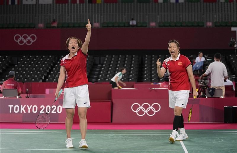 中國羽球女雙選手陳清晨(前左)日前在東京奧運賽中接連對韓國對手爆出不雅用語,大韓羽毛球協會表示,已正式向世界羽球聯盟提出抗議。前右為中國羽球女雙選手賈一凡。(美聯社)