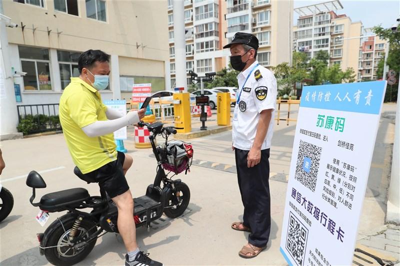 中國江蘇省3日通報45例本土病例,當地為此升級封控管理。圖為江蘇民眾必須掃碼才能進入社區。(中新社)