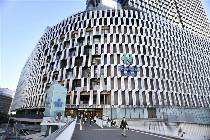 大阪市北區的阪神百貨梅田總店日前發生從業人員群聚感染,2日又新增18例確診病例,總計群聚病例已115例。(共同社)