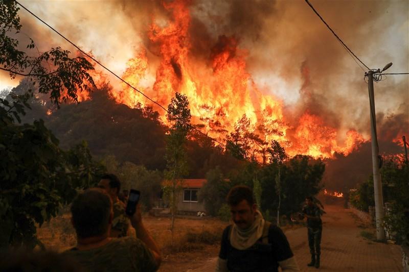 土耳其森林野火延燒6天、波及35省,部分火勢無減緩跡象。圖為2日在木拉省發生的森林大火。(安納杜魯新聞社)