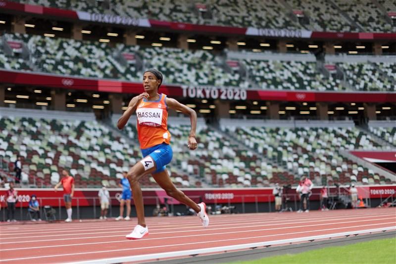 荷蘭長跑選手哈山2日在東京奧運田徑女子5000公尺決賽的最後一圈全速飛衝,最終以14分36秒79拿下金牌。(圖取自twitter.com/Olympics)