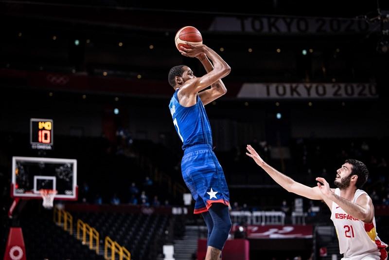 美國男籃3日靠杜蘭特(藍衣)第3節獨得13分、整場比賽攻下29分帶領,加上全隊5人得分達兩位數,在下半場逆轉戰局擊敗西班牙,在東京奧運闖進4強。(圖取自twitter.com/usabasketball)