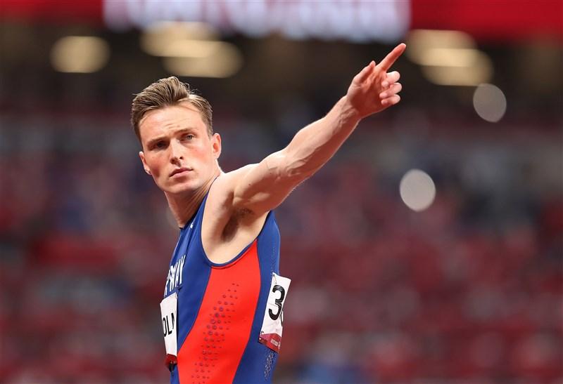 挪威名將沃霍爾3日在東京奧運跑出驚人速度,刷新自己保持的世界紀錄,一舉拿下男子400公尺跨欄金牌。(圖取自twitter.com/EuroAthletics)