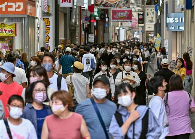 日本大阪府2日實施「緊急事態宣言」,但大阪街道上的人潮並無明顯減少。(共同社)