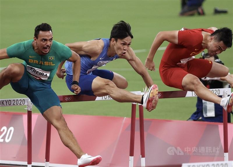 「台灣欄神」陳奎儒(中)3日在東京奧運男子110公尺跨欄預賽,飆出本季最佳的13秒53、分組排名第5,透過擇優晉級準決賽。中央社記者吳家昇攝 110年8月3日