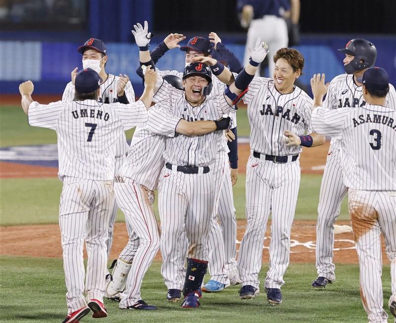 東京奧運棒球賽2日舉行第二輪複賽,日本打者甲斐拓也在突破僵局制10局下敲出再見安打,助球隊以7比6逆轉擊敗美國,闖進4日登場的準決賽,對手是韓國隊。(共同社)