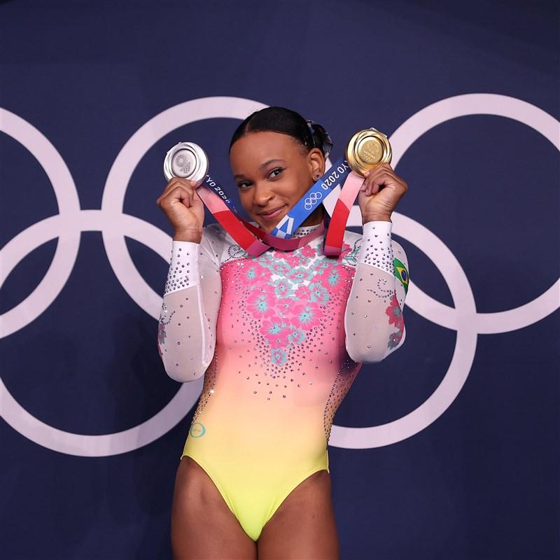 東京奧運體操女子跳馬金牌得主、巴西選手安德拉德2日在地板項目決賽排名第五,無緣獎牌,但她已為巴西創下空前紀錄,寫下歷史新猷。(圖取自twitter.com/Olympics)