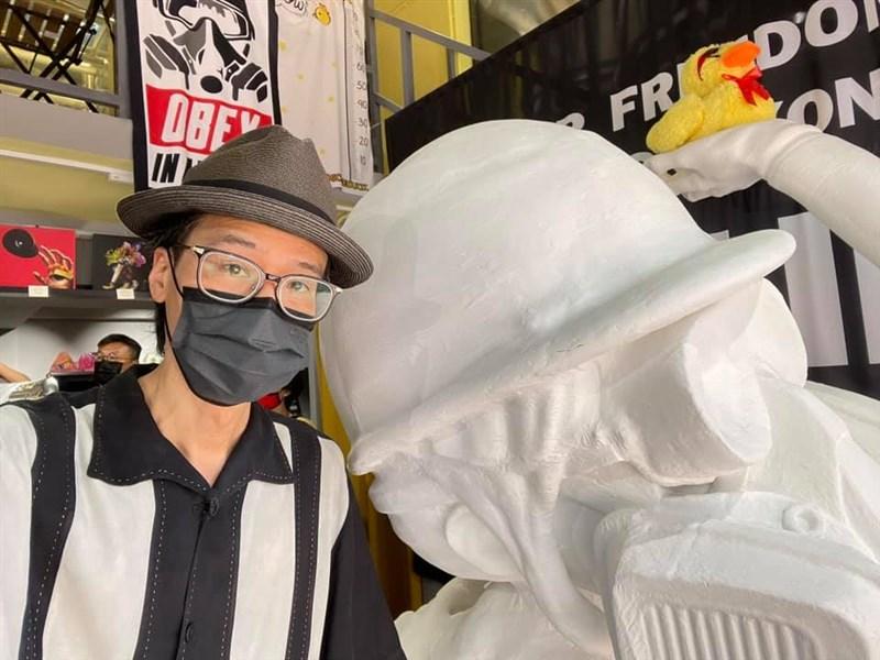 香港藝術家黃國才接受媒體採訪時表示,自己已搬到台灣追求「百分之百的自由」,因為故鄉的自由正逐漸消失。(圖取自facebook.com/kacey.wong.319)