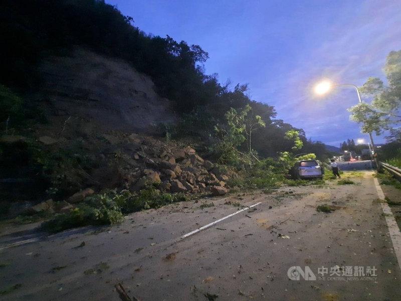 苗栗縣台3線南下132公里大湖路段4日清晨發生邊坡坍塌意外,大量土石挾帶樹木散落路面,一輛自小客車煞車不及迎面撞上,所幸駕駛沒有受傷。(警方提供)中央社記者管瑞平傳真  110年8月4日
