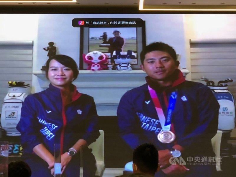 台灣高球好手潘政琮(右)東京奧運開低走高,拿下銅牌,他4日在視訊連線的媒體見面會時說,首輪打得不理想,吃了鰻魚飯後,反而成績不錯,讓他連吃3天鰻魚飯。中央社記者黃巧雯攝 110年8月4日