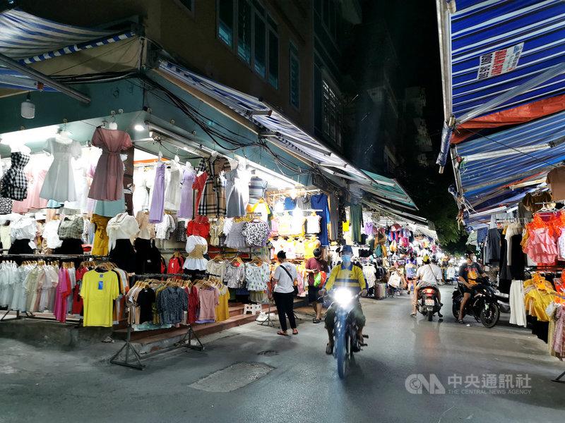 越南2020年成衣出口額達290億美元,擠下孟加拉成為全球第2大成衣出口國。圖為越南首都河內市一處服裝市場。中央社記者陳家倫河內攝  110年8月4日
