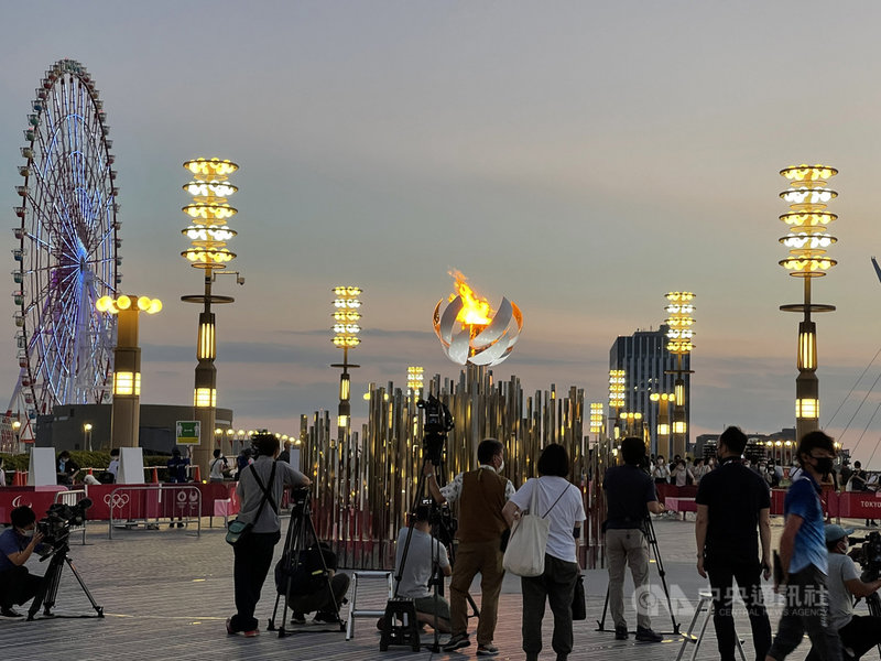 連結東京的台場與有明這兩地的夢之大橋(江東區)從24日起陸續湧進想觀看聖火的人潮。憂COVID-19(2019冠狀病毒疾病)疫情擴大,東京奧運組織委員會呼籲民眾盡量不要去看聖火。中央社記者楊明珠東京攝 110年8月4日
