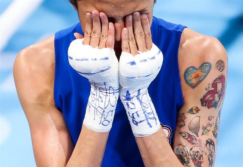 台灣好手黃筱雯(圖)4日在東京奧運女子拳擊51公斤量級拿下銅牌,為台灣史上首面奧運拳擊獎牌,黃筱雯賽後一度情緒激動流淚,隨後聽到啟蒙教練劉宗泰一番鼓勵,馬上又止不住淚水。中央社記者吳家昇攝 110年8月4日