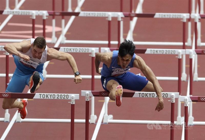 東京奧運男子110公尺跨欄準決賽4日登場,「台灣欄神」陳奎儒(右)前段表現出色,跑出13秒57的成績,分組排名第6。中央社記者吳家昇攝 110年8月4日