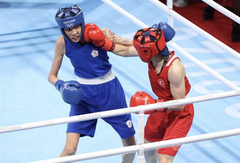 台灣好手黃筱雯(藍衣)4日在東京奧運女子拳擊51公斤量級不敵土耳其對手,拿下銅牌;她表示,這面獎牌意義很不一樣,是台灣第一面奧運拳擊獎牌,很榮幸可以幫台灣拿下這份榮耀。中央社記者吳家昇攝 110年8月4日