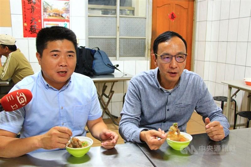 在前新北市長朱立倫(右)宣布參選主席,點燃黨主席選舉戰火之際,顏寬恒(左)請辭黨副秘書長,引發各界解讀。(中央社檔案照片)