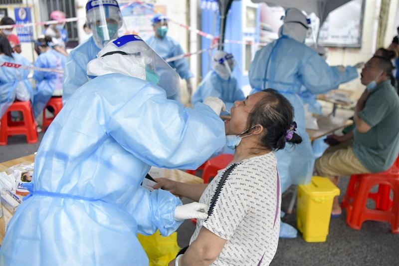 中國Delta變異株疫情,7月下旬自南京爆發後向各地迅速蔓延,已擴及超過15省份、至少300人確診。指揮中心指揮官陳時中4日指出,中國疫情有變,可見變異株對防疫造成很大威脅。圖為海南島一處採檢站1日採檢情況。(中新社)