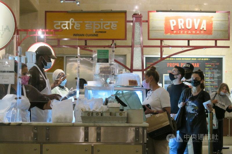 紐約市長白思豪3日宣布,民眾上餐館、健身房等室內場所將要出示COVID-19疫苗接種證明。圖為中央車站地下美食街景象。中央社記者尹俊傑紐約攝 110年8月4日